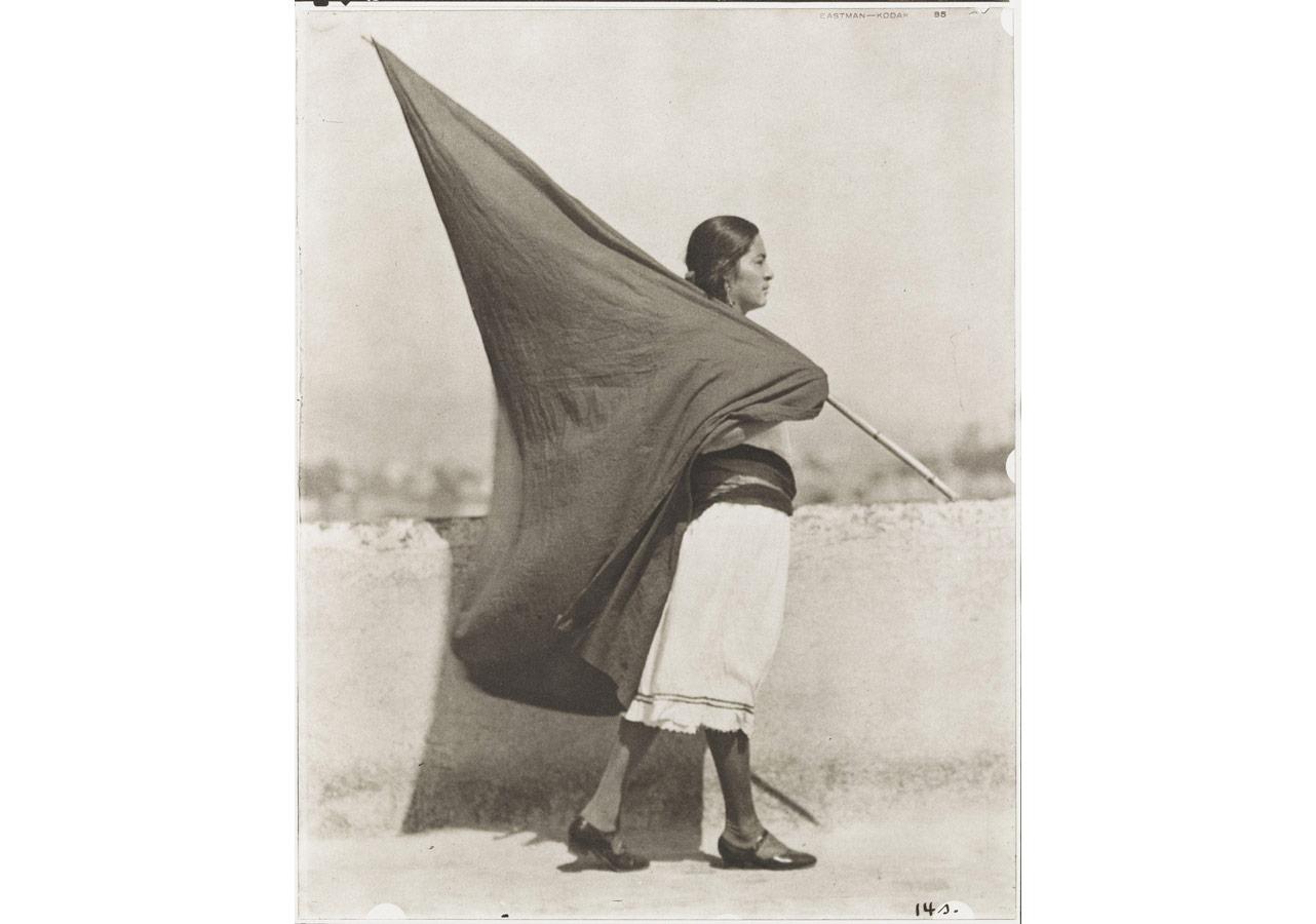Tina Modotti (1896-1942), Bayraklı Kadın, 1928 © 2014 Dijital görüntü: The museum of Modern Art, New York / Scala, Floransa; Isabel Carbajal Bolandi izniyle