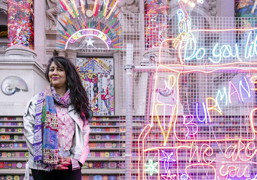 Neon Pelerinli Tate Britain Renkli Bir Enstalasyonla Diwali'yi Kutladı