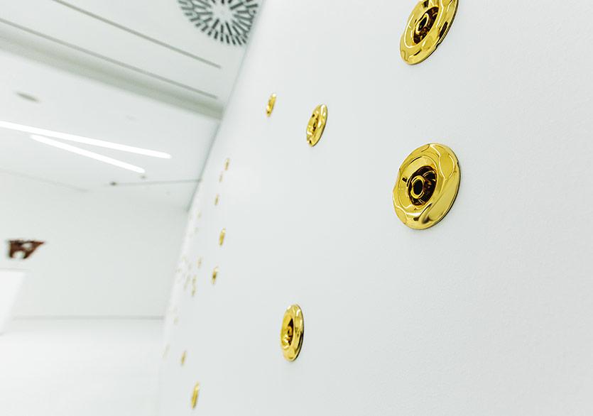 Mika TajimaGüçlü Dokunuş2017Altın kaplanmış spa duş başlıkları ve bilgisayar vantilatörleri, değişken boyutlarSanatçının ve Taro Nasu'nun (Tokyo) izniyle