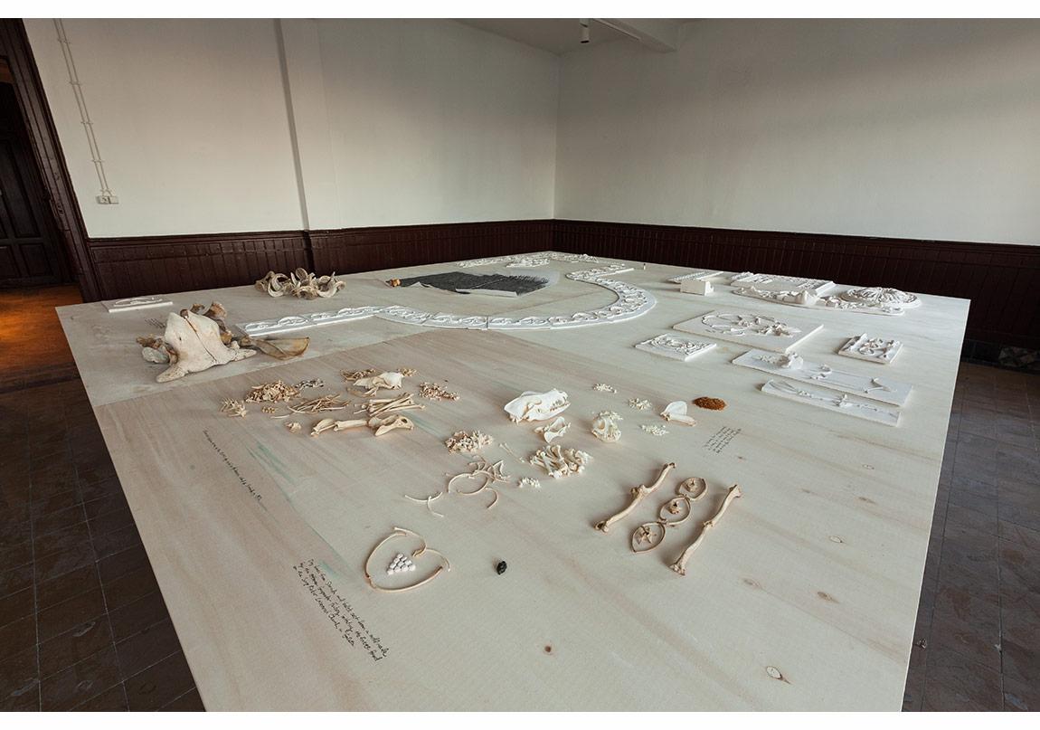 Michael Rakowitz, The Flesh Is Yours, The Bones Are Ours (Eti Sizin, Kemiği Bizim), 2015, alçı kalıpları, Sivriada'da bulunmuş köpek iskeletleri, Anadolu'da terk edilmiş Ermeni çiftliklerinden bulunmuş hayvan kemikleri, Şikago'daki Louis Sullivian'ın yiki, fotoğraf: Sahir Ugur Eren