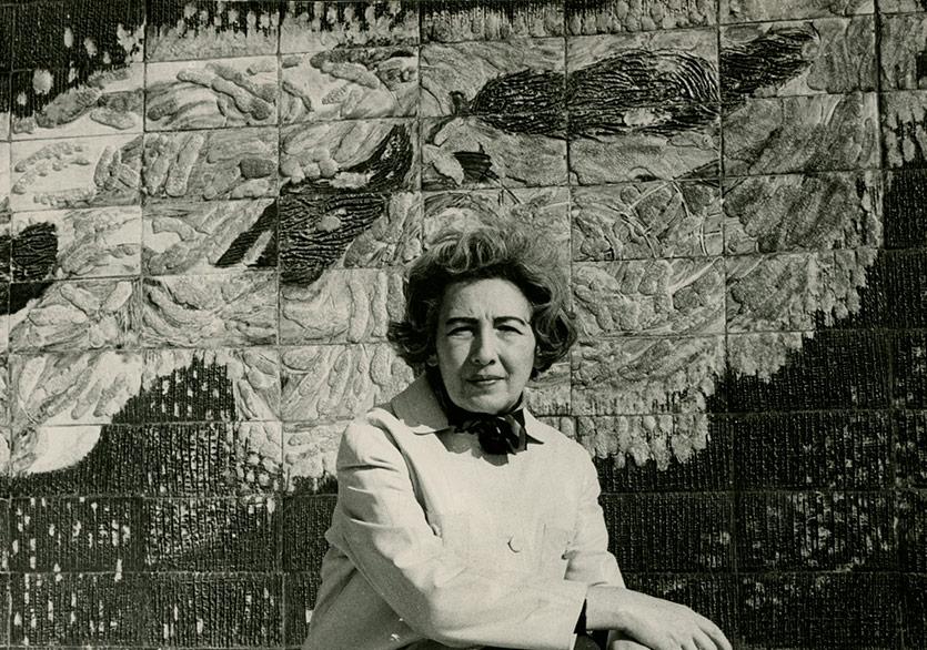 Füreya Koral İstanbul Manifaturacılar Çarşısı için yaptığı seramik duvar panosunun önünde 1966 Fotoğraf-Ara Güler