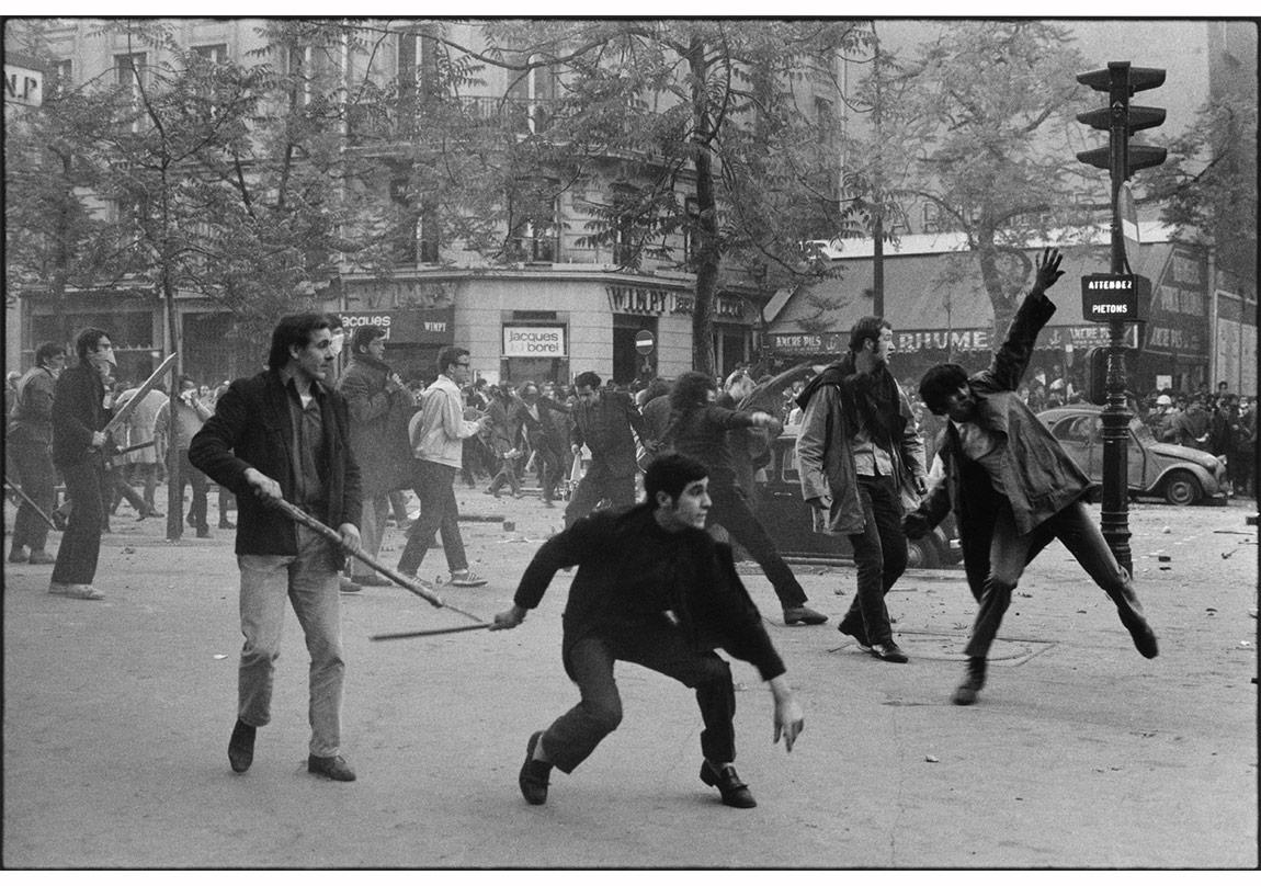 © Bruno Barbey/Magnum Photos,Paris, Fransa, 6 Mayıs 1968. 6. Bölgedeki Saint Germain Bulvarı'nda polise taş fırlatan öğrenciler.