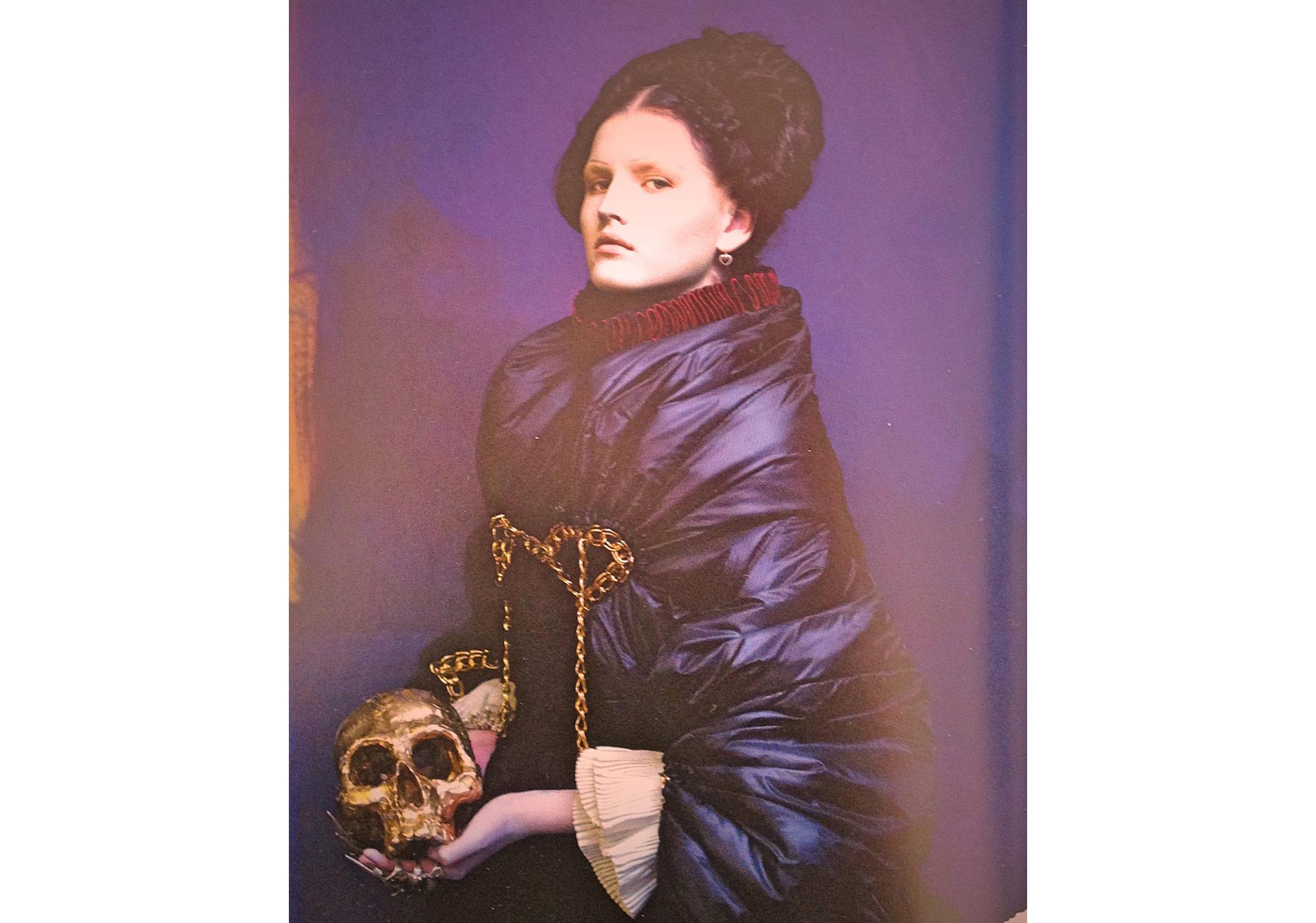 """Stylist Katie Shillingford'un Kasım 2009'da Dazed&Confused için yaptığı """"Tudor Wench"""" çalışmasından bir kare."""