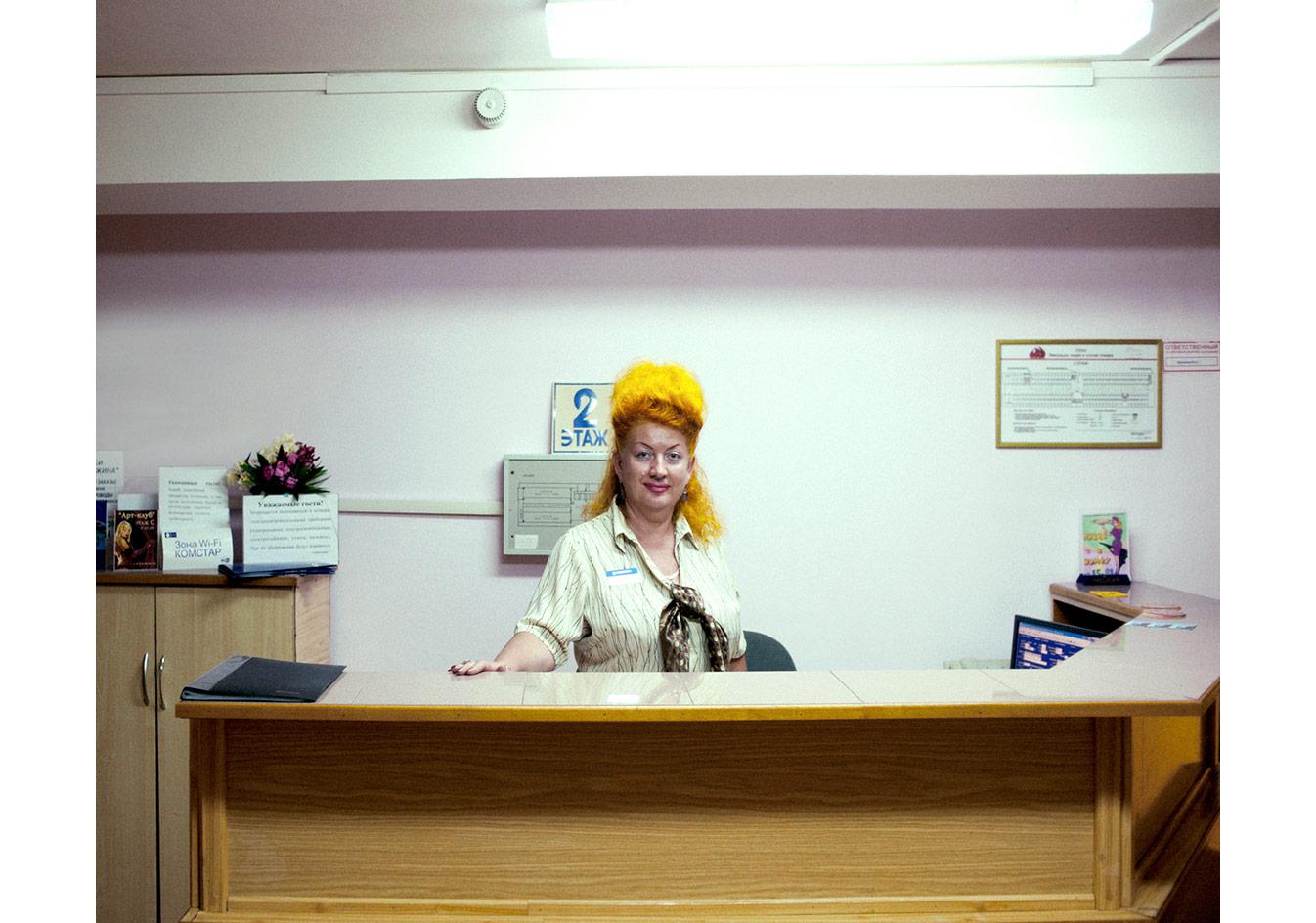 Zhemchuzhina Hotel'in ikinci katındaki resepsiyonist, Soçi, Rusya © Mathias Depardon