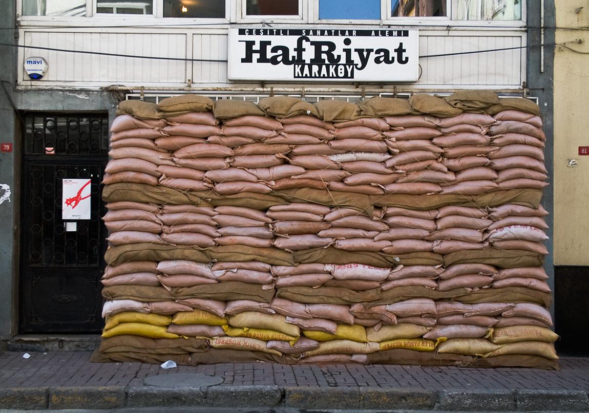 İsimsiz, 2008, Yerleştirme, Hafriyat KaraköyUntitled, 2008, Installation+++Kum torbaları. Sand boxes.Fotoğraf: Harun Yasin
