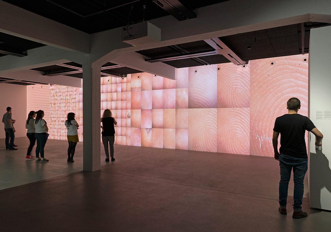 "Rafael Lozano-Hemmer, ""Pulse Index"", 2010.Gösterildiği yer: Rafael Lozano-Hemmer: Preabsence, Haus der Elektronischen Künste Basel, Basel, Switzerland, 2016.Fotoğraf: Franz J. Wamhof."