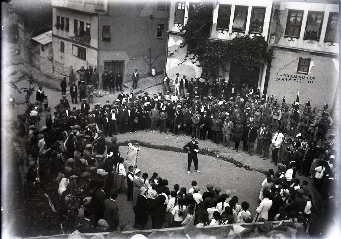 Mudurnu'da Zafer Bayramı, vatandaşlarla çevrili görevli, 30 Ağustos 1933
