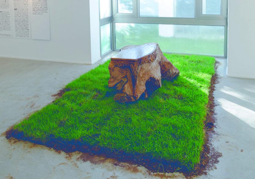 Ahmet Doğu İpek - Masa III, 2017, Elle yontulmuş ceviz ağacı kökü, değişen ebatlarda toprak zemin, 70x170x110 cm