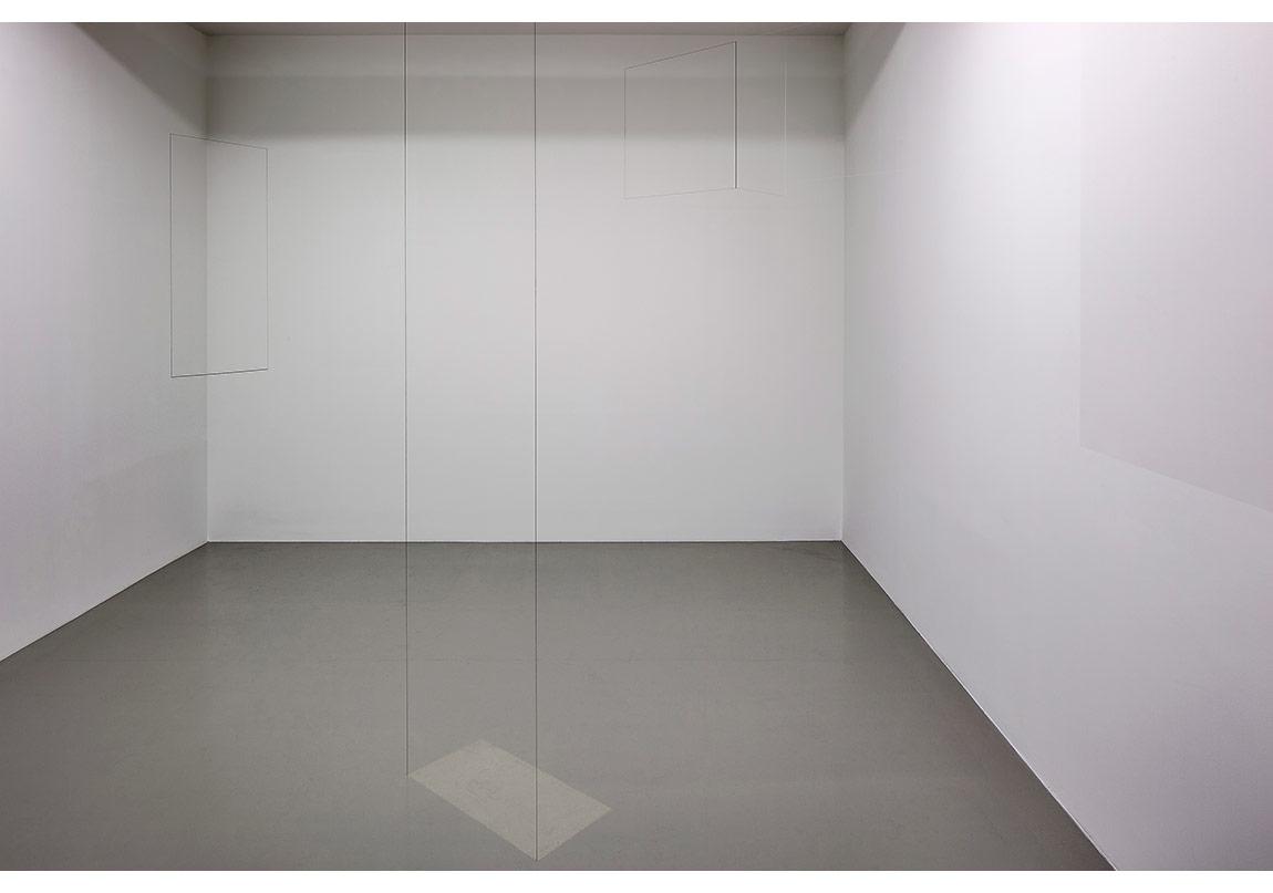 """Jong Oh,""""Oda Çizimi"""" (2015)Pleksiglas, tel, boya, misina, zincir, kurşun kalemle çizimDeğişken boyutlar,Fotoğraf: Murat Germen"""