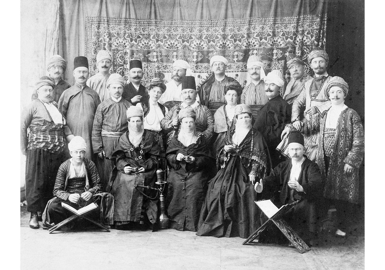 Osmanlı giysili Alman Turistler, Sebah & Joaillier, 1906, Pierre de Gigord Koleksiyonu.