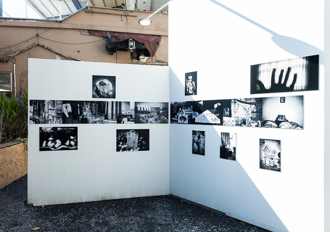 Erdem Varol'un Bahçeşehir Üniversitesi'nin yanında yer alan boş alandaki 'Serbest Düşüş' sergisinden genel görünüm [Fotoğraf: Korhan Karaoysal]