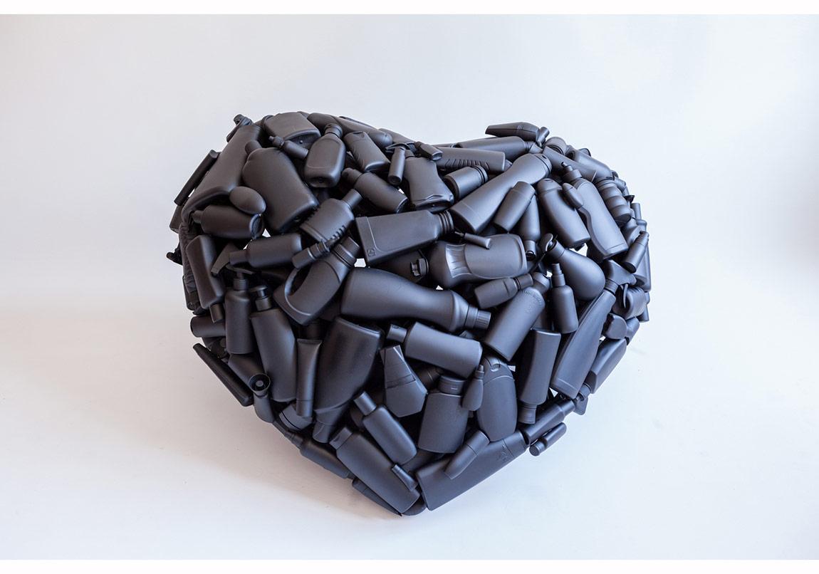 Blind Love, Kör Aşk, 2014,70 cm x 100 cm x 70 cm, plastik şişeler, poliüretan köpük, sprey boya, demir çubuklar, epoxy yapıştırıcı.