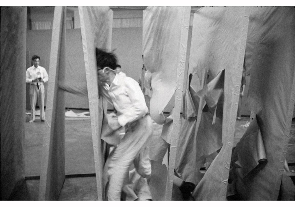 Murkami Saburō, Tuvallerin içinden geçen performansı, 1956. Gutai Sanat Sergisi, Ohara Kaikan, Tokyo, 11–17 Ekim 1956