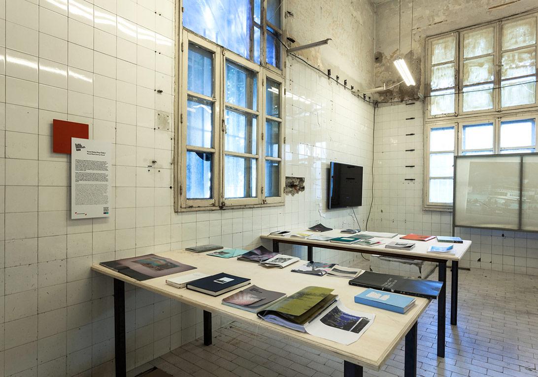 Kassel Maket Kitap Ödülü'nün final listesindeki kitapların yetimhanede sergilendiği bölümden genel görünüm [Fotoğraf: Korhan Karaoysal]