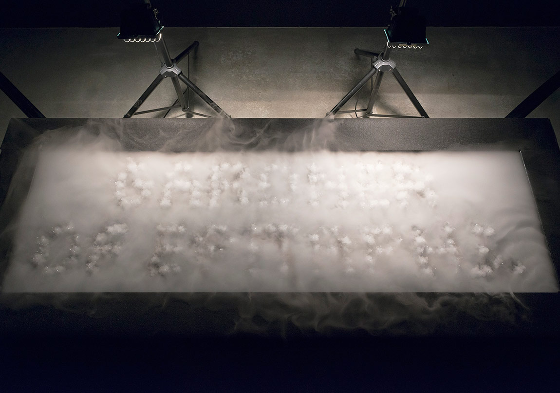 "Rafael Lozano-Hemmer, ""A Call on Water"", 2016Gösterildiği yer: Rafael Lozano-Hemmer: Preabsence, Haus der Elektronischen Künste Basel, Basel, Switzerland, 2016.Fotoğraf: Franz J. Wamhof."