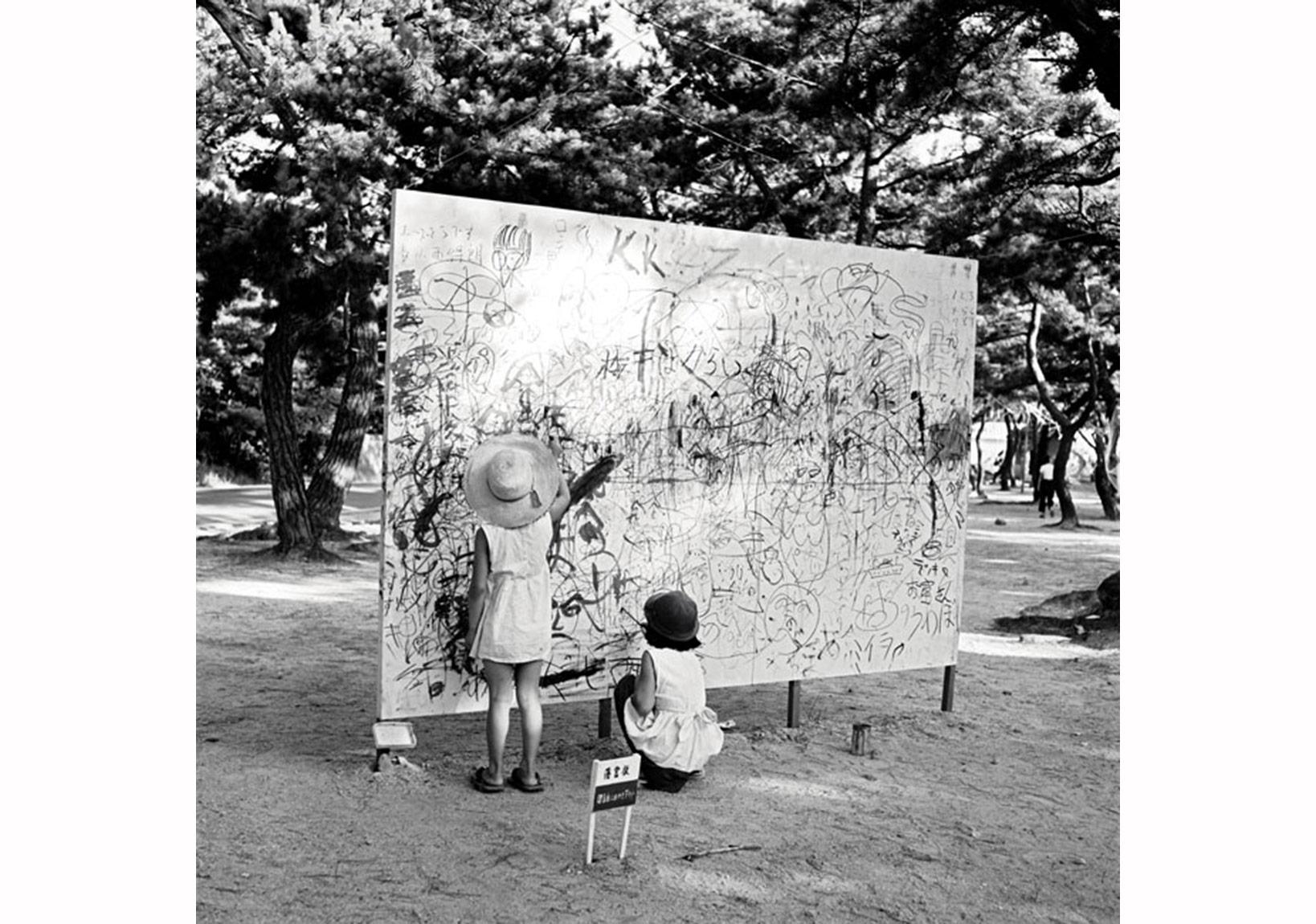 Yoshihara Jirō, Lütfen Özgürce Çiziniz, 1956, 200 × 450 × 3 cm. Gutai Açıkhava Sanat Sergisi Ashiya Park, Ashiya, 27 Haziran – 5 Ağustos 1956