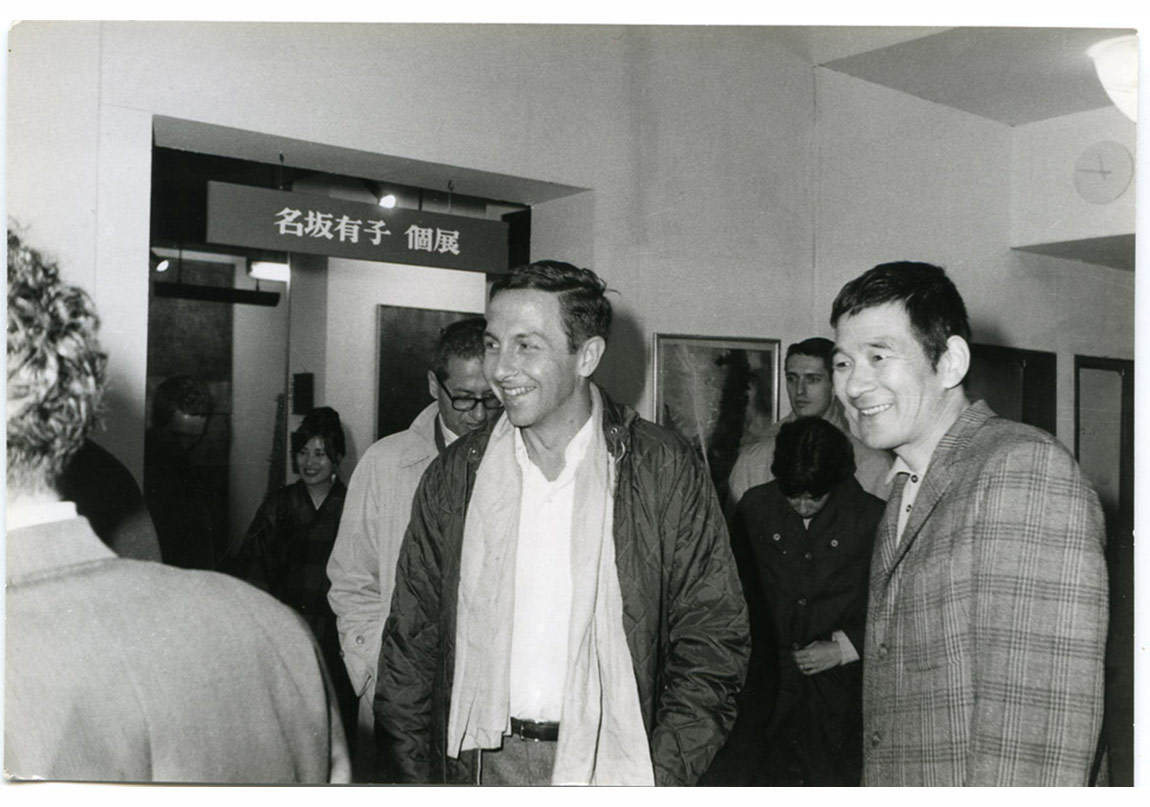 Robert Rauschenberg ve Motonaga Sadamasa, Nasaka Yūko'nun Gutai Pinacotheca'daki sergisinde, Osaka, 1964