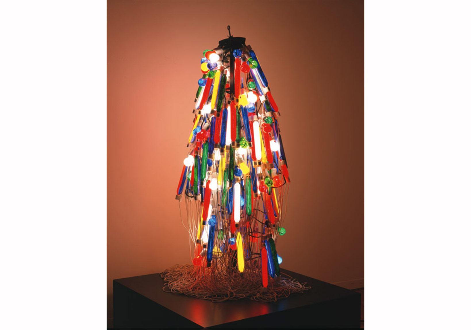 Tanaka Atsuko, Elektrik Elbise, 1956 (1986'da yeniden üretildi), 165 × 80 × 80 cm.
