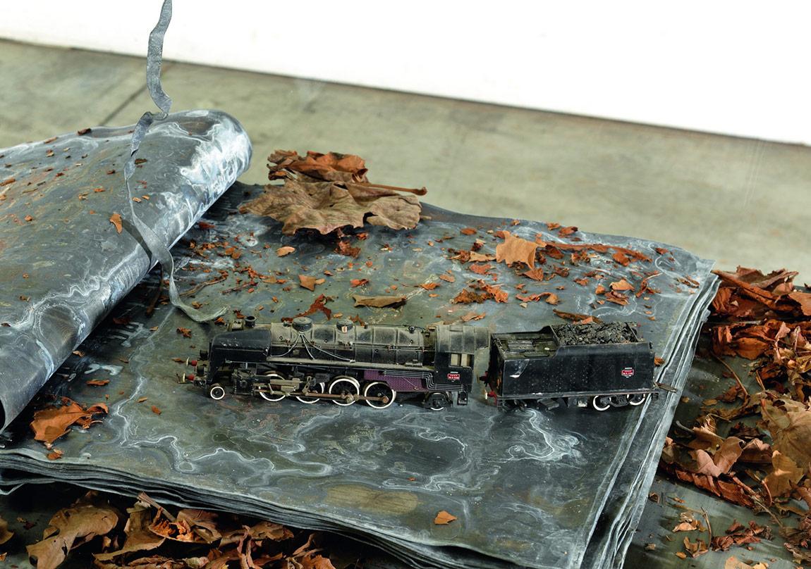 Ouroboros, (détail) , 2014 Verre, métal, plomb, feuilles séchées et plastique132 x 90 x 60 cmCollection particulièrePhoto : © Georges Poncet