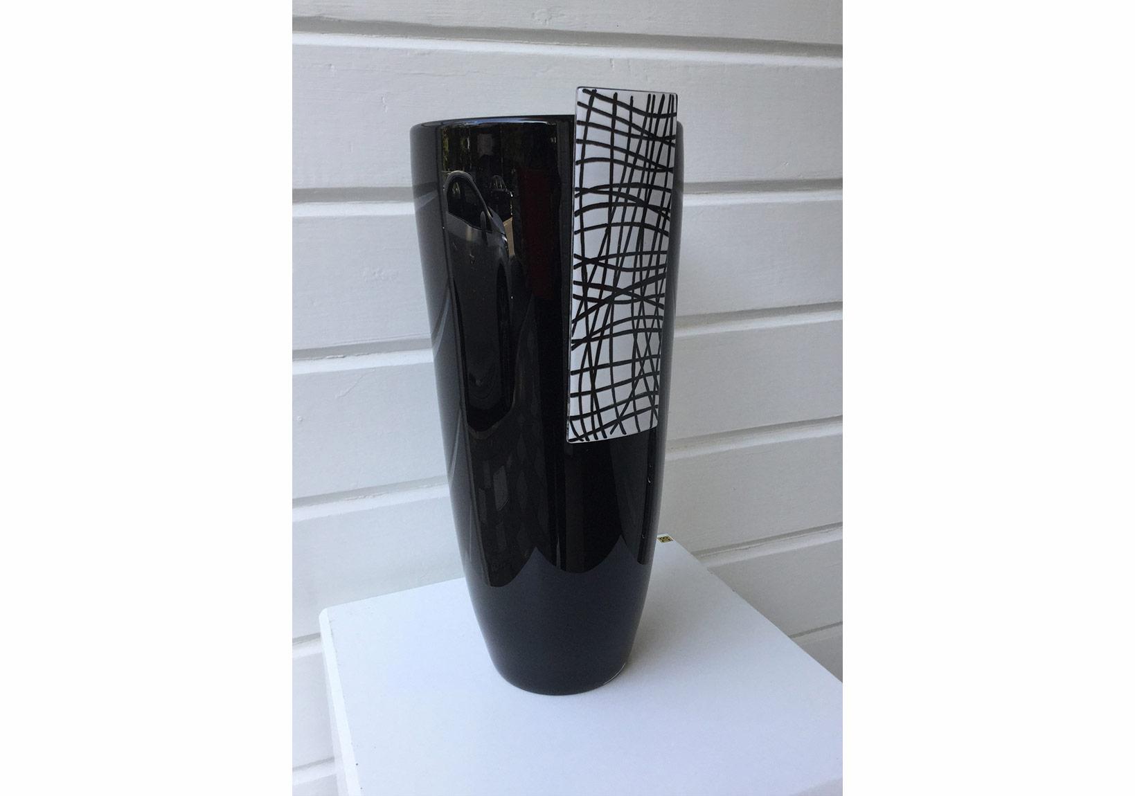GÜLFİDAN ÖZMEN opak cam üzeri serigrafi baskı ve serbest sıcak cam şekillendirme 2008 yük:43cm.