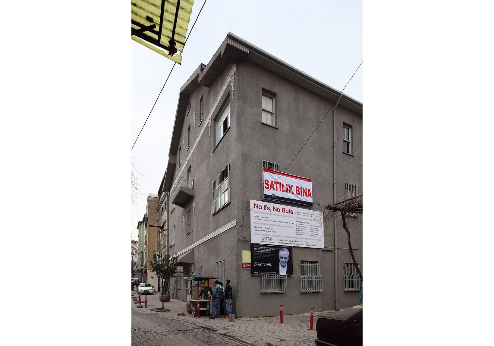 Satılık Bina, 2011, Tophane Tütün DeposuOn sale building, 2011++++PosterFotoğraf, Photo: Vahit Tuna