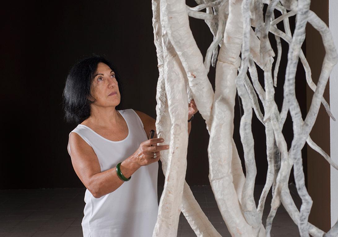 Azade Köker, Rhizom isimli eseri ile Foto: Kayhan Kaygusuz