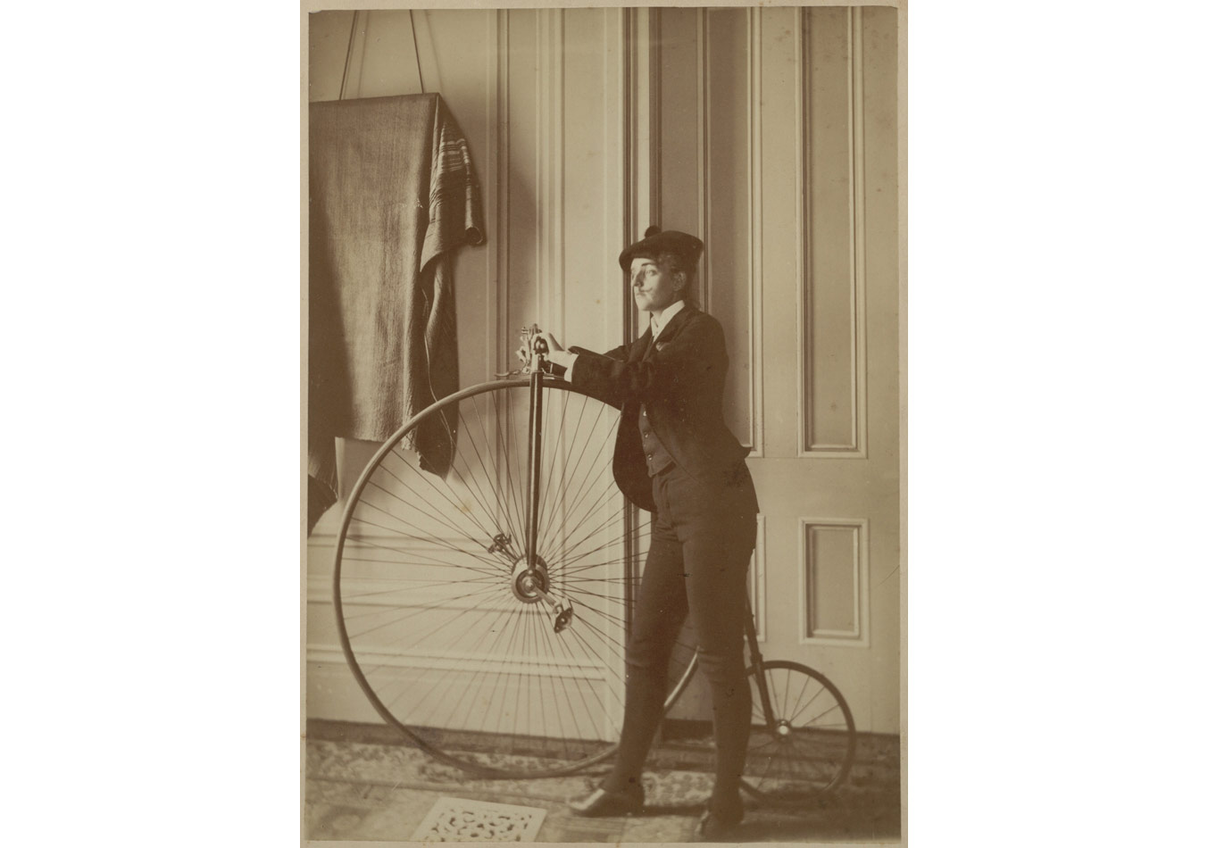 Frances Benjamin Johnston (1864-1952), Erkek bisikletçi kılığında özportre, 1890-1900© Library of Congress, Prints & Photographs Division [LC-USZ62-83111]