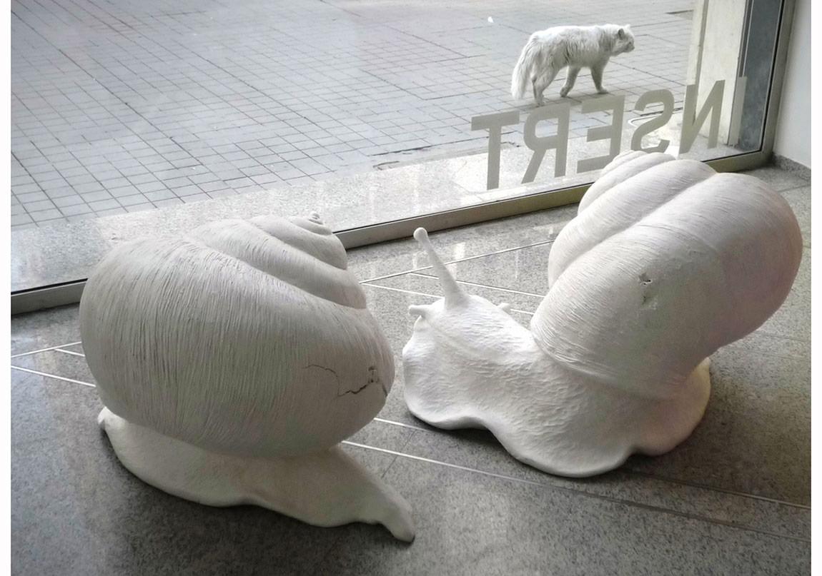 """""""Gregor"""", 2012, Yerleştirme, Beyaz patine edilmiş silikon döküm, Borusan Müzik Evi."""
