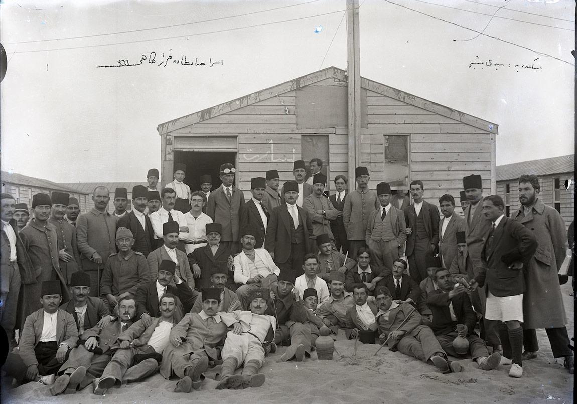 """Ahmet İzzet Bengüboz Seydibeşir esir kampında, baraka cephesinde Osmanlıca """"esaret"""" yazılı, 1917-18"""