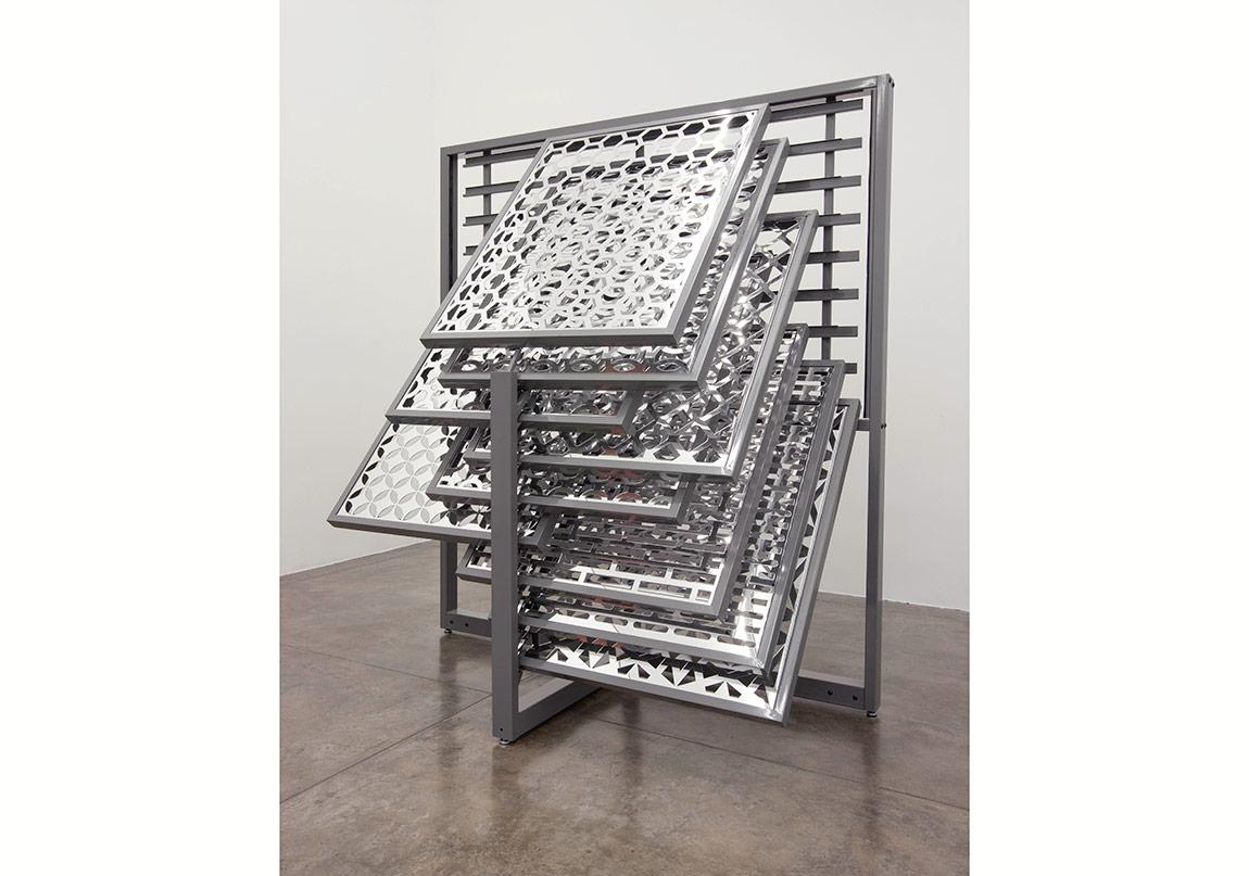 Lucia KochVitrin (akrilik-ayna) (2012)Yapı Malzemeleri serisindenÇelik kayan çerçeveler,yansıtmalı akrilik üstüne lazer kesim desenler Sanatçının ve Galeria Nara Roesler'in izniyle Fotoğraf: Everton Ballardin