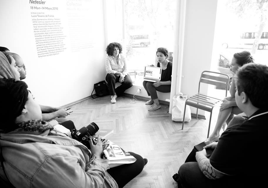 Fotojurnalist Bikem Ekberzade'yle Küratör Özge Ersoy'un Collectorspace'te gerçekleştirdiği 'fotoğrafta etik' konulu sunumFotoğraf: Júlia Soler
