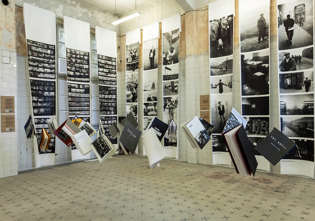 Yetimhanedeki 'Robert Frank, Kitaplar ve Filmler, 1947-2015' sergisinden genel görünüm [Fotoğraf: Korhan Karaoysal]