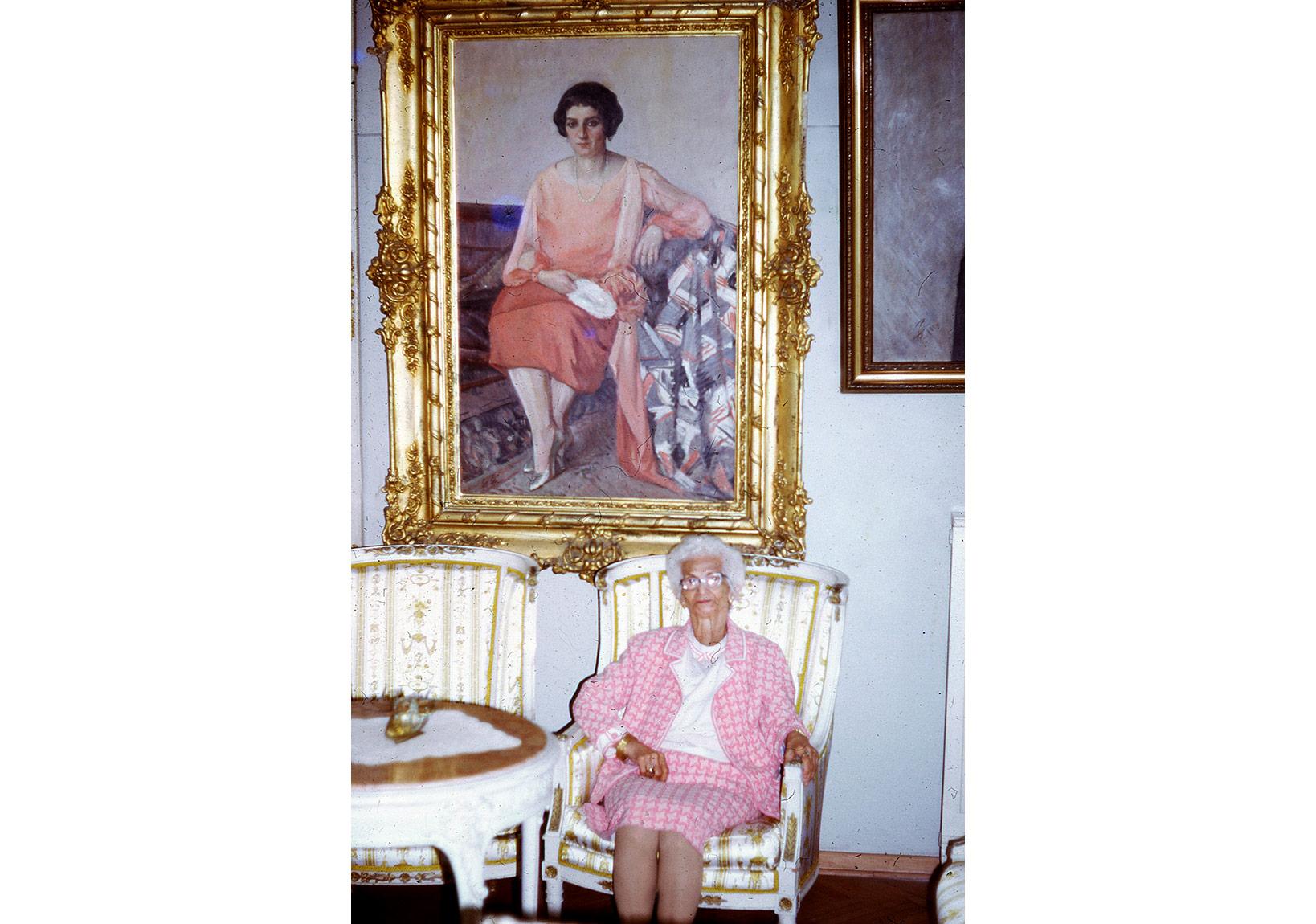 Anneannem 80 yaşında arkada Çallı'nın yaptığı portre