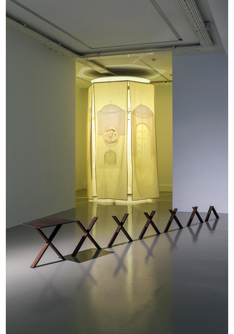 """Füsun Onur, """"Aynadan İçeri"""", 2014 Sergiden yerleştirme görüntüsü: """"Fısıltı"""", 2010; """"İstanbul Takıntısı"""", 1994 Fotoğraf: Murat Germen"""