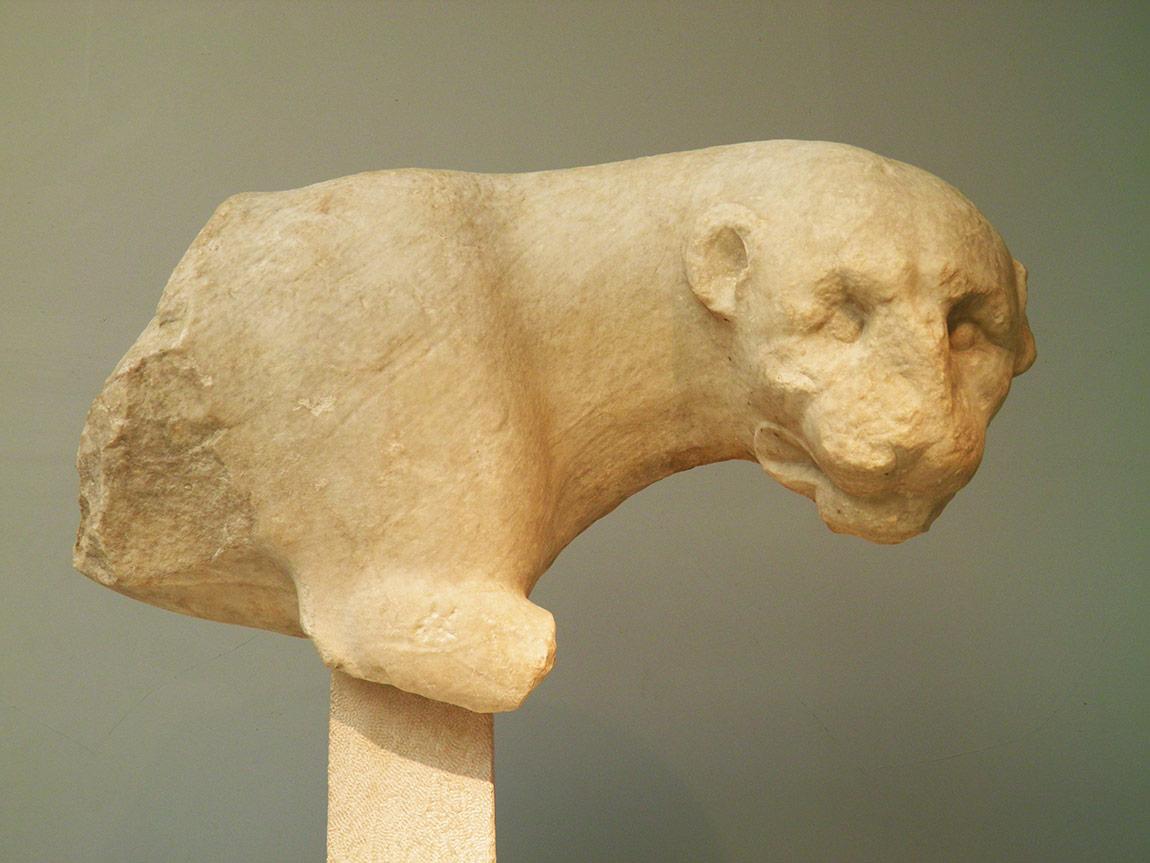 İngiliz elçi Lord Stratford Canning'in British Museum'a götürdüğü Halikarnossos Mozolesi'nden aslan heykeli, , M.Ö. yaklaşık 350.