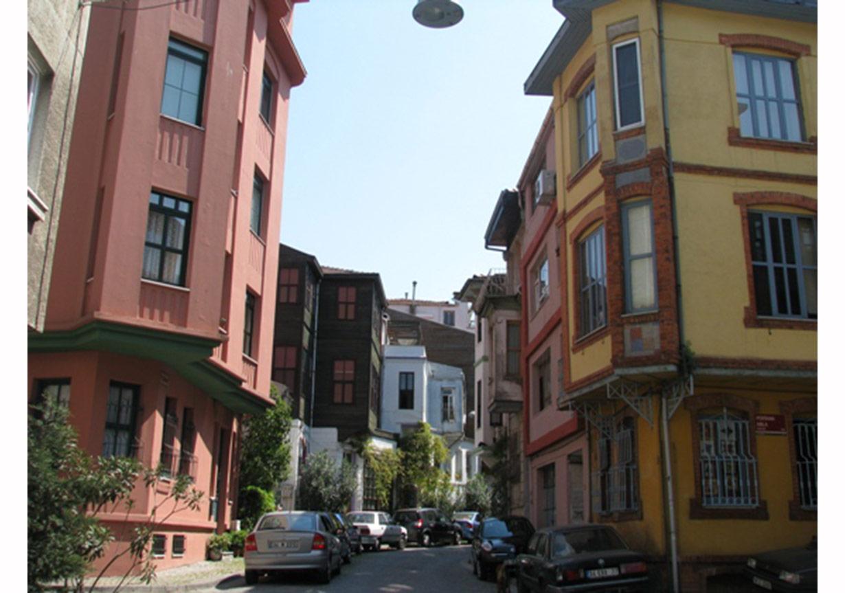 Kuzguncuk, Üryanizade Sokak ile Perihan Abla Sokağının birleştiği köşe, www.geziyazilari.net