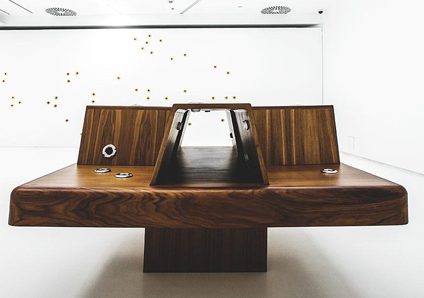 Mika TajimaSosyal Sandalye 2016Ahşap ve Jakuzi başlıkları34 x 60 x 60 in (86,4 x 152,4 x 152,4 cm)Sanatçının, Van Doren Waxter'in (New York) ve Kayne Griffin Corcoran'ın (Los Angeles) izniyle