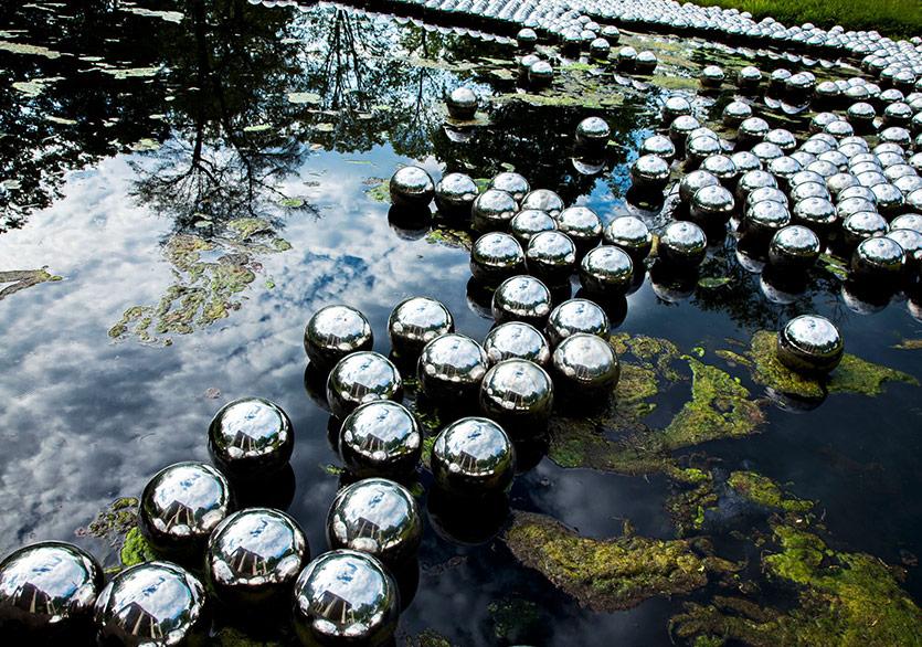 Kusama'nın Çelik Küreleri Rockaway Sahilinde