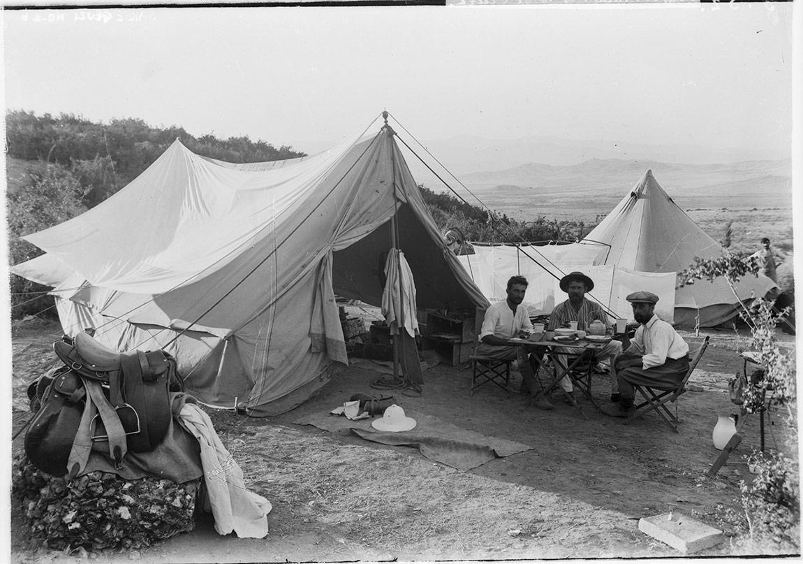 Sakçagözü Kazı Alanı'nda Arkeologların Kampı (1908). Garstang Arkeoloji Müzesi, Liverpool Üniversitesi.SG-003