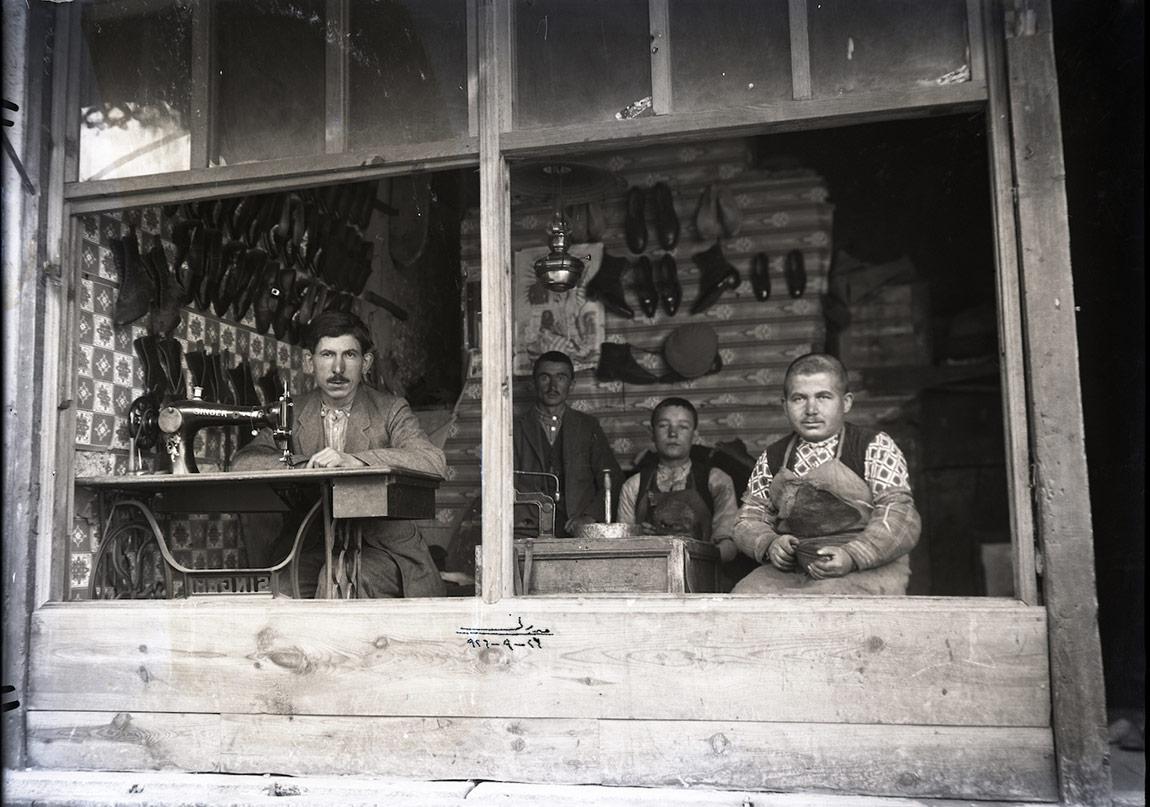 inger makine başında kunduracı usta, yanında çırakları, 24 Eylül 1926