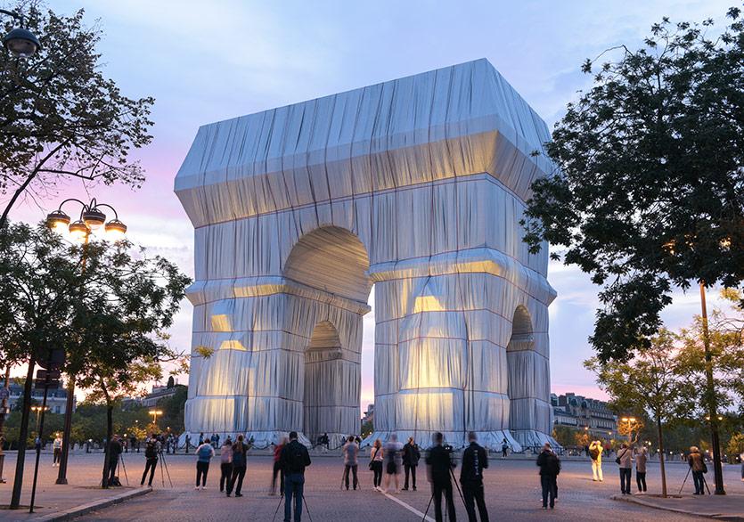 Paris'teki Arc de Triomphe Anıtı Kumaşa Sarıldı