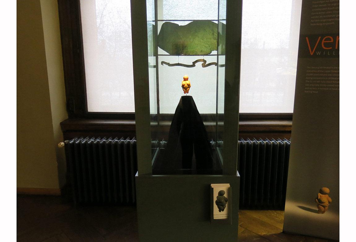 he Venus of Willendorf: Viyana, Doğal Tarih Müzesi Müdahale/Performans, Fotoğraf, 2014