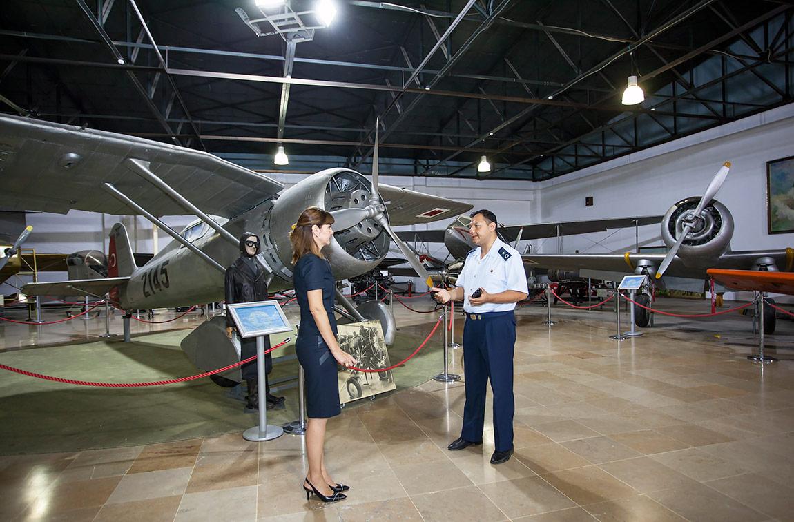 Billur Tansel ve Hava Binbaşısı, Havacılık Müzesi Komutanı Ismail Dindar©Korhan Karaoysal