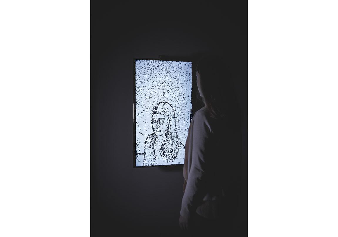 Christa Sommerer & Laurent Mignonneu, Anında Portre, 2015, LCD mini ekran mini bilgisayar ve kameral˝ interaktif bilgisayar yerleştirmesi, Ed. 7/8 + 2 AP
