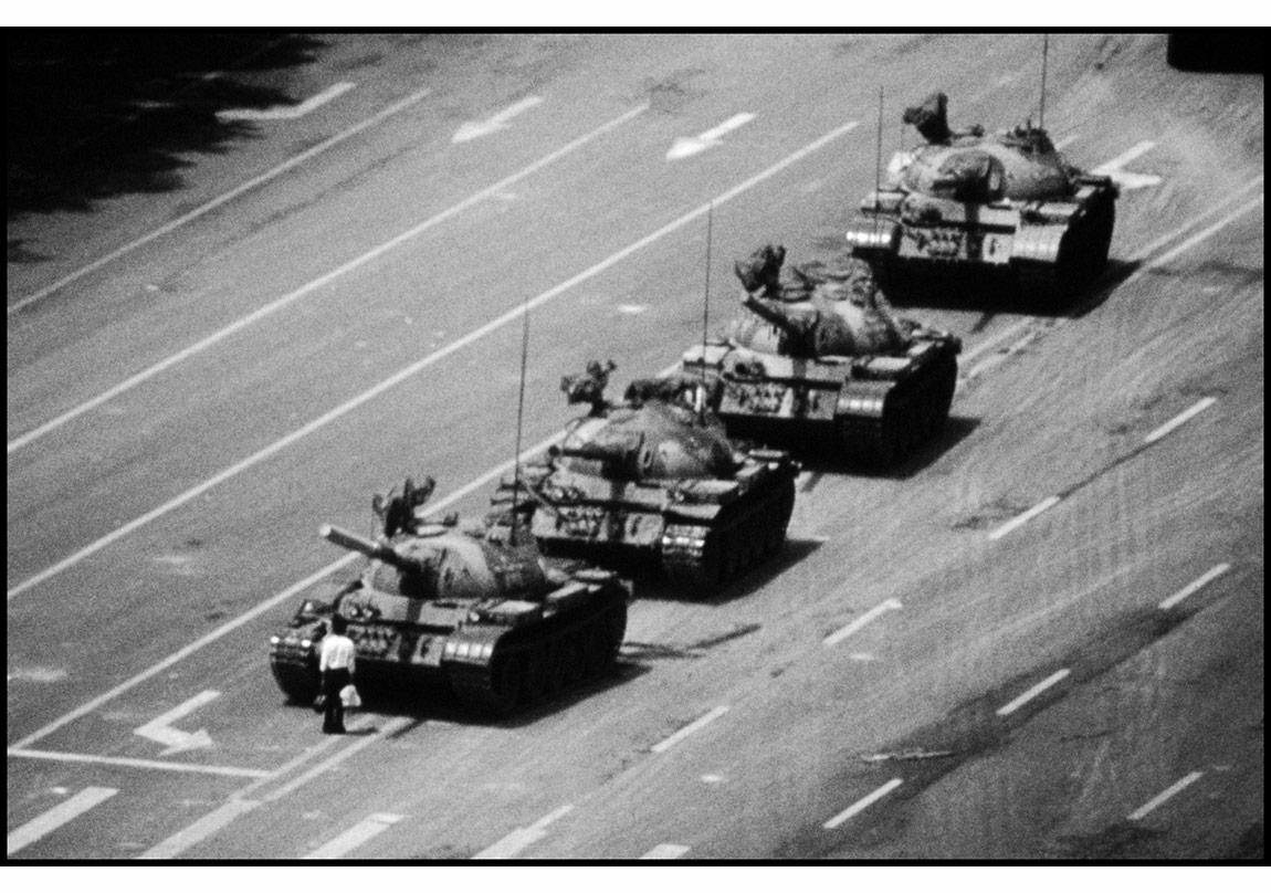 © Stuart Franklin/Magnum Photos,Tiananmen Meydanı, Beijing, Çin, 4 Haziran 1989. 'Tankların önünde duran adam'.
