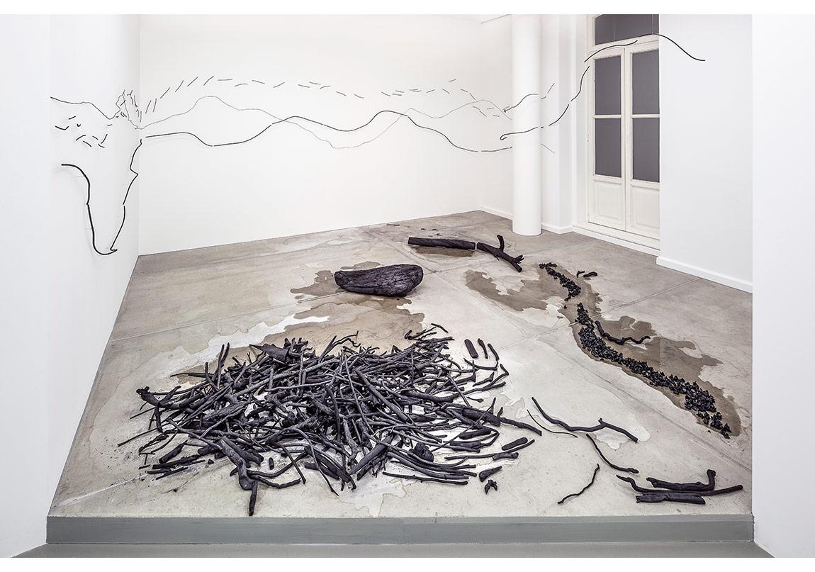 Ulrike Mohr, Başka Bir Zamana Uzun Gezinti | Long Walk into Another Time, 2015,Kömüre dönüştürülmüş odun ve dallar, su kestanesi, fındık, ceviz, şeftali çekirdeği, kayın ağacı meyvesi, çöp şiş, bambu çubuğu, oklava, deniz suyu,Mekâna özgü yerleştirme | Site-specific installation, Arter, 2015 Fotoğraf:Murat Germen