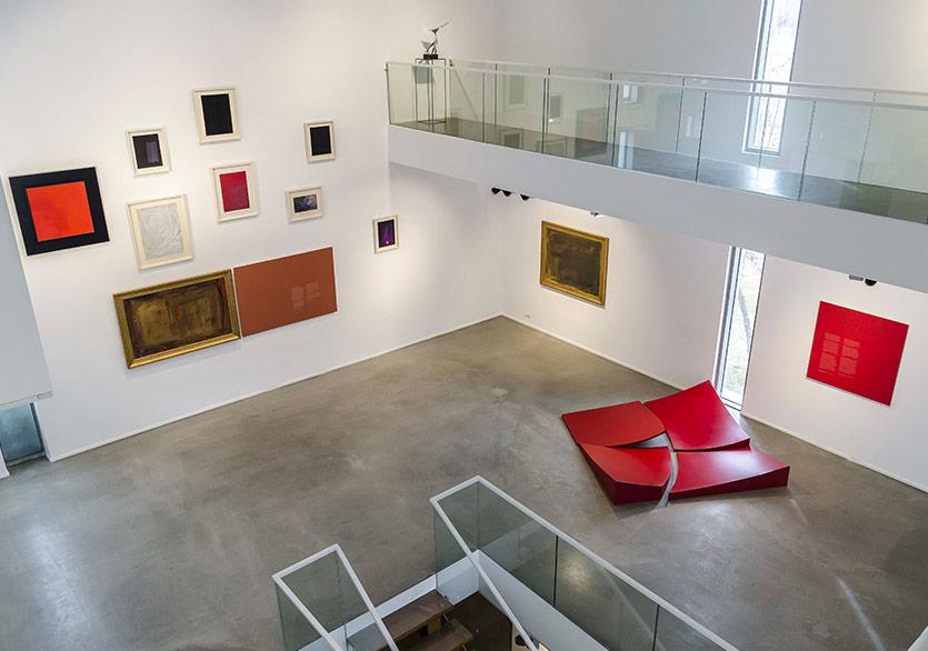 Mübin Orhon (tek duvar, 10 adet eser), Günnur Özsoy - İsimsiz, Untitled, 1998, Alüminyum döküm, 48 cm (köprünün ucundaki heykel), Seyhun Topuz - Kırmızı Kare I, Red Square I, 2007, Fiberglas ve demir, 200x200x36 cm (kırmızı kare yerde)