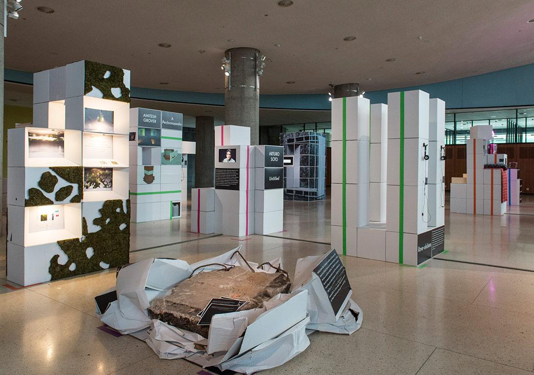 HKW - Forecast Forum - Lobi - Meta Display - Beton levha, kutular, 2015 - Copyright Marcus Lieberenz