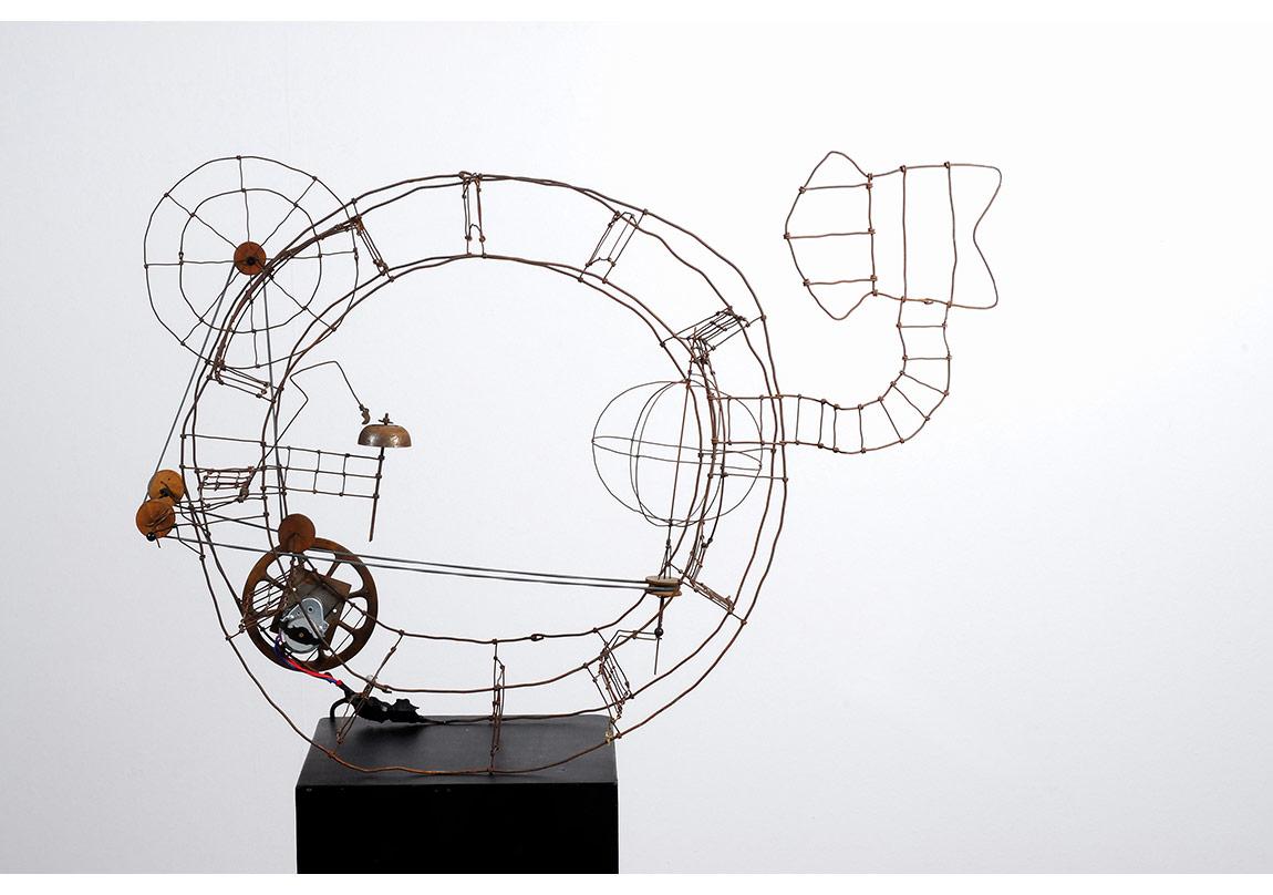 """Harry Kramer,""""Hiç de Araba Değil"""" [Doch kein Auto] (1964),Tel¸ elektrikli motor,60 x 34 x 86 cmFotoğraf: Reinhard PrüllageKünstler-Nekropole Kassel izniyle"""