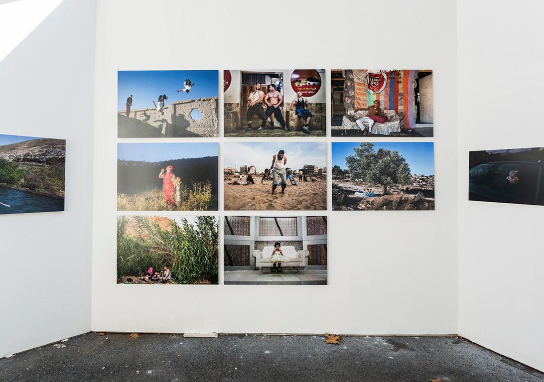 Tanya Habjouqa'nın Serencebey'deki 'İşgal Edilmiş Zevkler' sergisinden genel görünüm [Fotoğraf: Korhan Karaoysal]